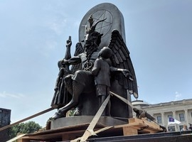 Satanistas instalam estátua de criatura com cabeça de bode nos EUA