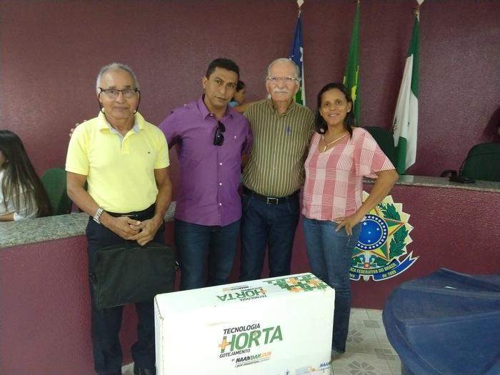secretário de desenvolvimento agrário ao lado de presidentes de associações rurais do município
