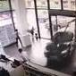 Imagens mostram mulher destruindo concessionária em test drive