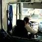 Ônibus com 38 pessoas fica em linha de tiro em confronto no Rio