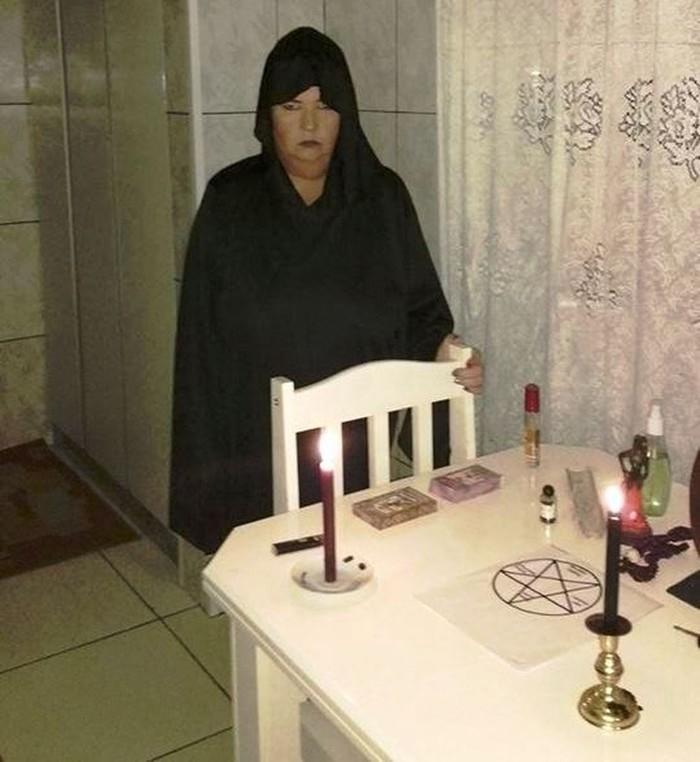 Simone Koszegi, acusada de matar Atyla, durante cerimônia de seita a Lúcifer  (Crédito:  Arquivo Pessoa)