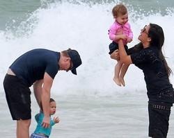 Thais Fersoza e Michel Teló curtem praia com os filhos no Rio