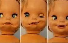 Mulher acha boneca bizarra em casa de sua infância e aterroriza web