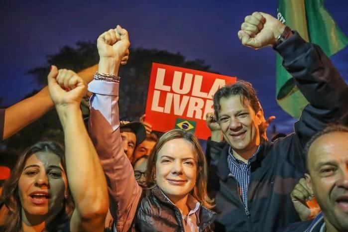 Gleisi Hoffmann e Fernando Haddad durante visita a Lula na PF, em Curitiba  (Crédito: Ricardo Stuckert - /Divulgação )