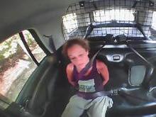 Algemada, mulher rouba viatura policial para fugir; vídeo