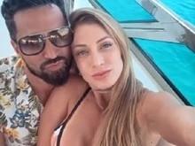 Latino posta foto em Ibiza com namorada fazendo topless; vídeo