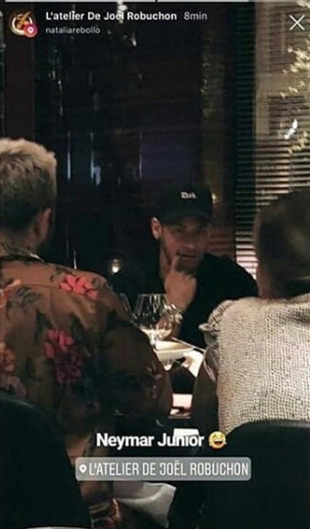 Neymar jantando em restaurante de Paris (Crédito: Reprodução/Instagram)