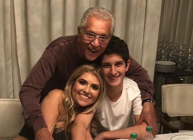 Carlos Alberto de Nóbrega com os filhos Maria Fernanda e João Victor  (Crédito:  Reprodução)