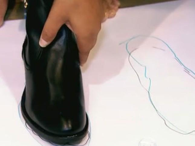 Ladrões roubam 13 pés de sapatos direito de uma loja de calçados