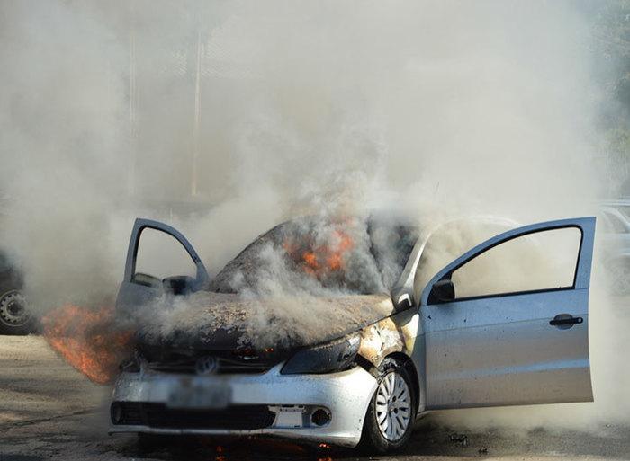 Carro pega fogo na UFPI (Crédito: Manoel Eduardo)