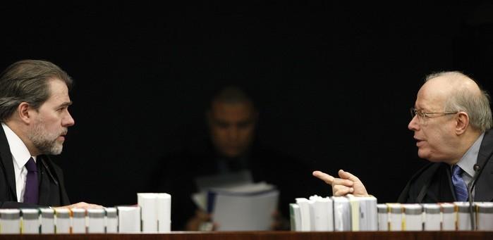 Novo presidente do STF, Dias Toffoli conversa no plenário da 2ª Turma com o decano da Corte, ministro Celso de Mello (Crédito:  Rosinei Coutinho/SCO/STF )