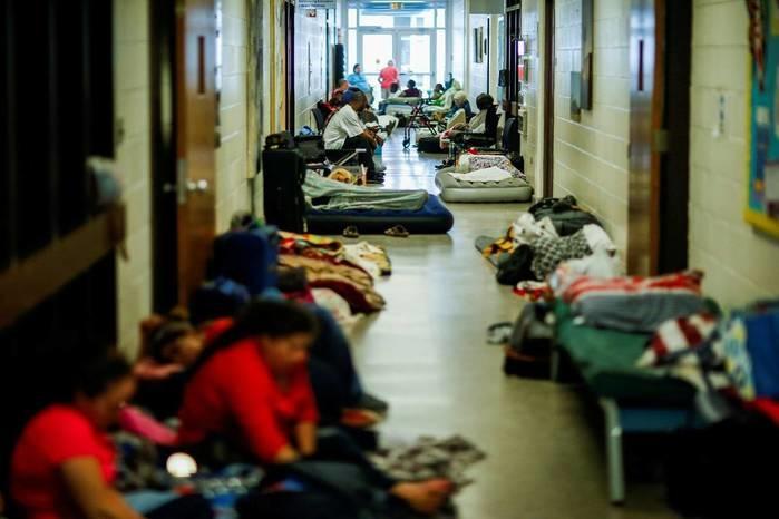 Moradores em abrigo da Cruz Vermelha na cidade de Grantsboro, na Carolina do Norte (Crédito: Eduardo Muñoz/Reuters)