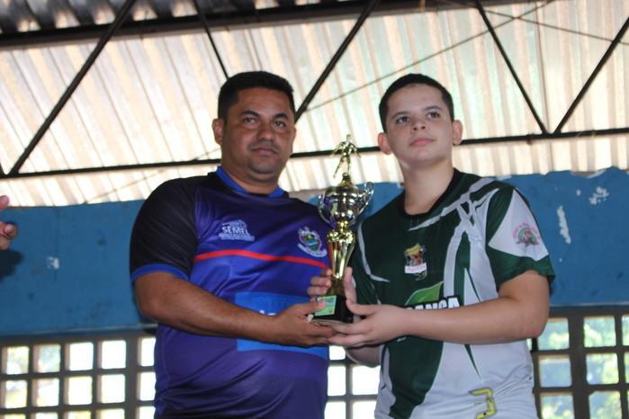 Secretário de Esportes, Carlos Augusto fazendo a entrega de vice-campeão ao time Agility de Miguel Alves (Crédito: Mikelson Deivid)