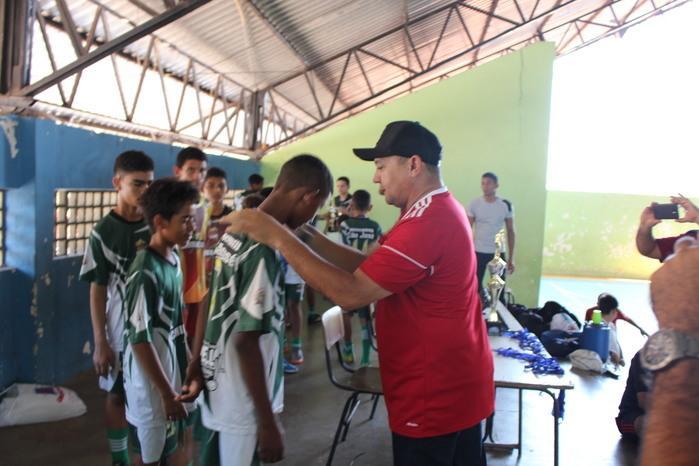 Vereador Alfredo entregando medalhas ao time de Miguel Alves (Crédito: Mikelson Deivid)