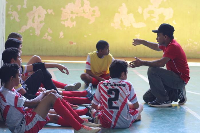 Edimilson Saraiva orinentando os atletas (Crédito: Mikelson Deivid)