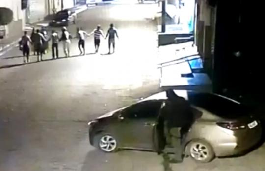 """Bandidos obrigam reféns a fazerem """"cordão"""" em assalto em Altos (Crédito: Reprodução)"""