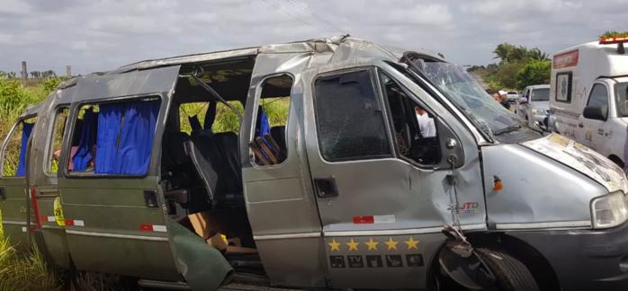 Van envolvida em acidente na BR-316 (Crédito: Divulgação/PRF-MA)