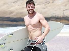 Klebber Toledo exibe tanquinho em dia de surfe em praia do Rio