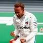 Hamilton e Vettel se tocam, britânico leva a melhor e vence