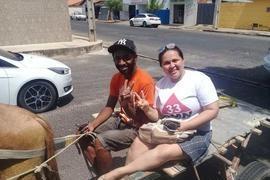 Sem verba e com carro quebrado, candidata pede voto de carroça