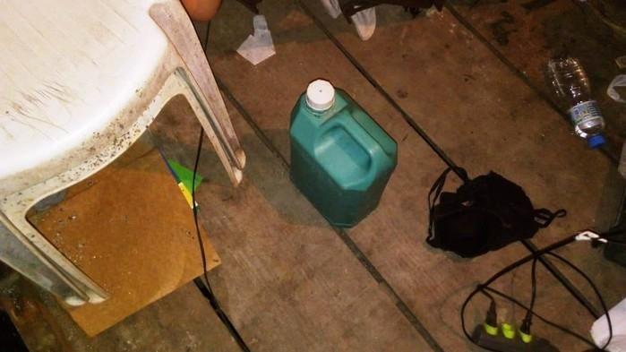 Vítima estava amarrada ao lado de galão de combustível em cativeiro  (Crédito:  Divulgação/Baep )