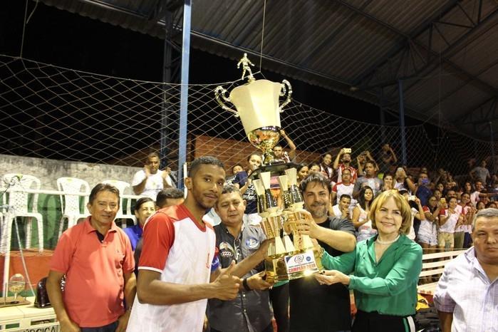 Ex-primeira dama Rosa Linhares e Prefeito Roger Linhares entregando o troféu de campeão que leva o nome do ex-prefeito Gerardo Linhares (Crédito: Mikelson  Deivid)