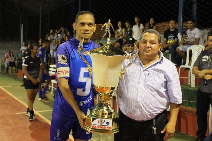 Saraiva entregando o troféu de vice-campeão que leva seu nome (Crédito: Mikelson  Deivid)