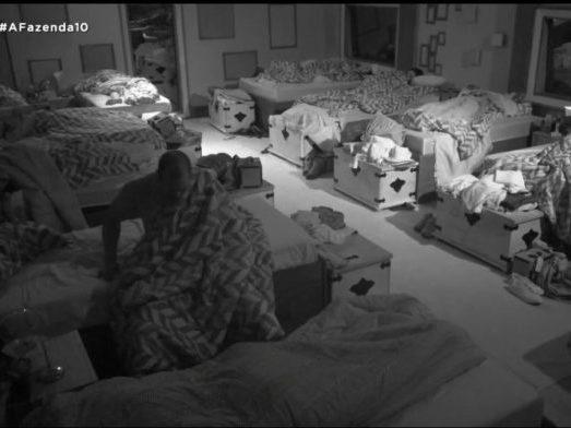 Fazenda 10: Aloísio Chulapa faz xixi no meio do quarto; vídeo