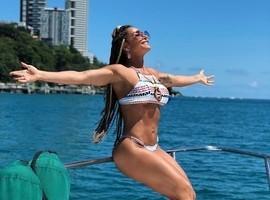 Scheila Carvalho completa 45 anos e exibe corpão em barco