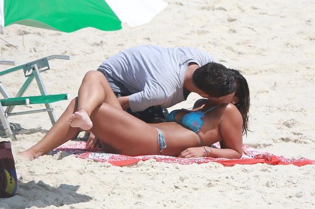 Giulia Costa beija muito em praia carioca (Crédito: AgNews))