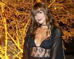 Giovanna Lancellotti vai à festa do pijama com camisa transparente