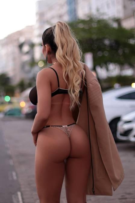 b4eba0ebb Mulher Melão faz ensaio de lingerie na rua em Copacabana