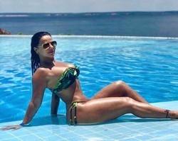 De biquíni, Viviane Araújo exibe curvas em Manaus