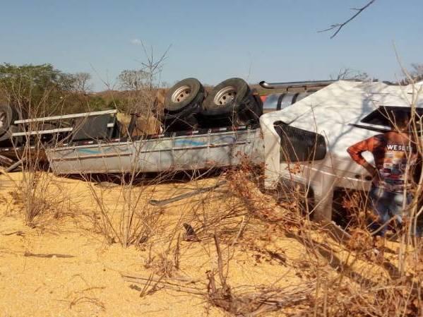 Criança de 2 anos morre e pais ficam feridos em acidente na BR-135