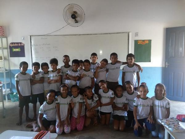 Prefeito entrega fardamento escolar para alunos da rede municipal