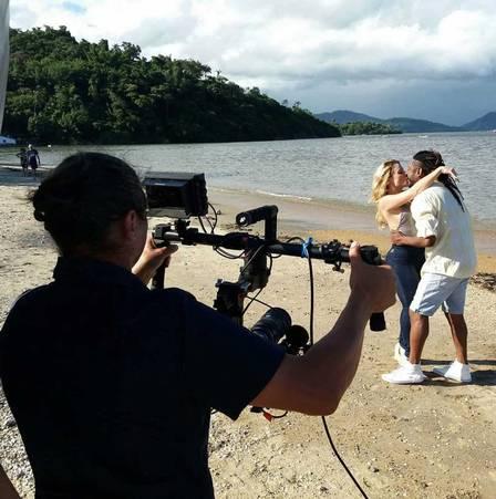 Giselle Prattes, mãe de Nicolas Prattes, e Daddy Kall gravam clipe (Crédito: Divulgação)