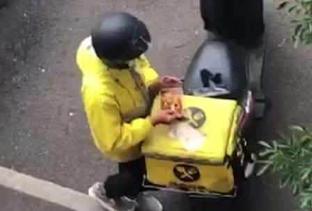 Entregador é flagrado comendo refeição de clientes