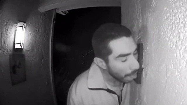 Invasor é filmado lambendo campainha de casa por três horas!