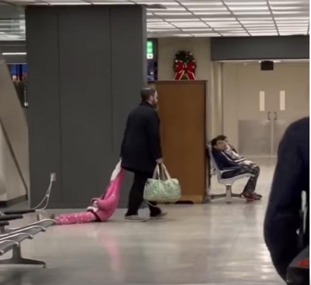 Pai viraliza após arrastar a filha pelo capuz em pleno aeroporto; assista ao vídeo