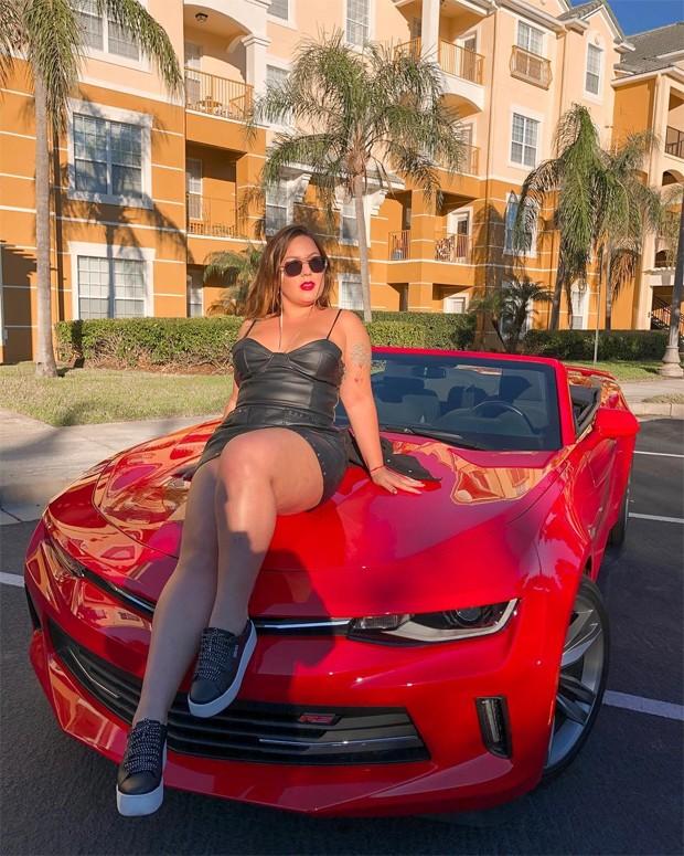 Ex-BBB Maria Cláudia posa em carrão de R$350 mil em Orlando: 'Tô um nojo'