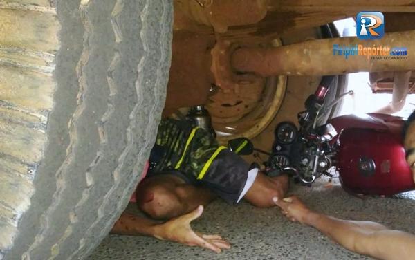Motociclista vai parar embaixo de ônibus em acidente no Norte do Piauí