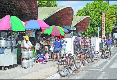 Polícia realiza operação para apreender mercadoria roubada a venda no Troca-Troca