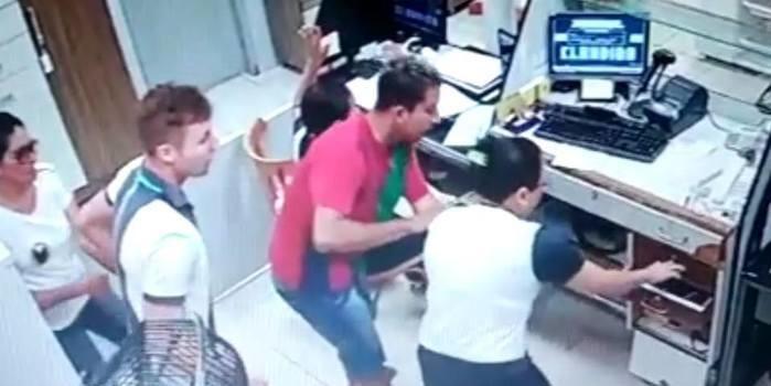 Câmeras de segurança flagram dupla armada realizando assalto em loja na cidade de Porto