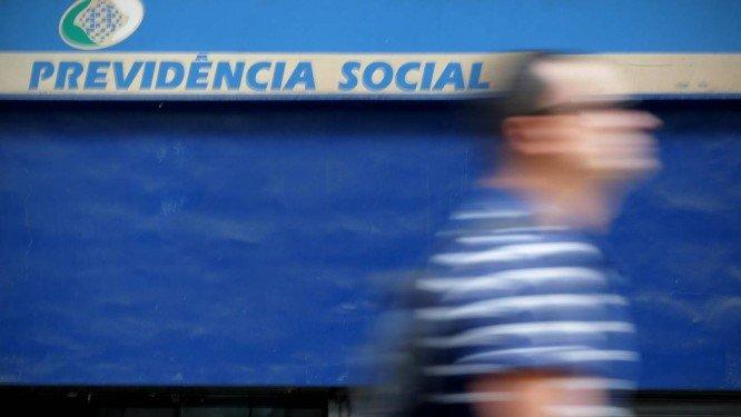 Equipe econômica de Bolsonaro vai propor aposentadoria aos 65 anos