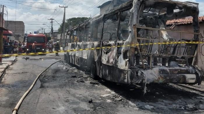 Pelo menos seis ônibus foram incendiados em Fortaleza (Crédito: Messias Borges/SVM )