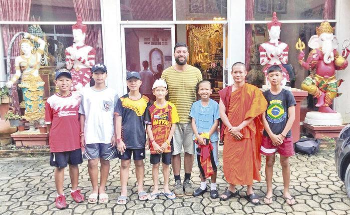 O escritor com os garotos e o treinador (Crédito: Divulgação)