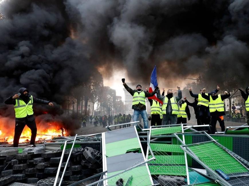 """""""Coletes amarelos"""" protestam e mantêm pressão sobre Emmanuel Macron"""