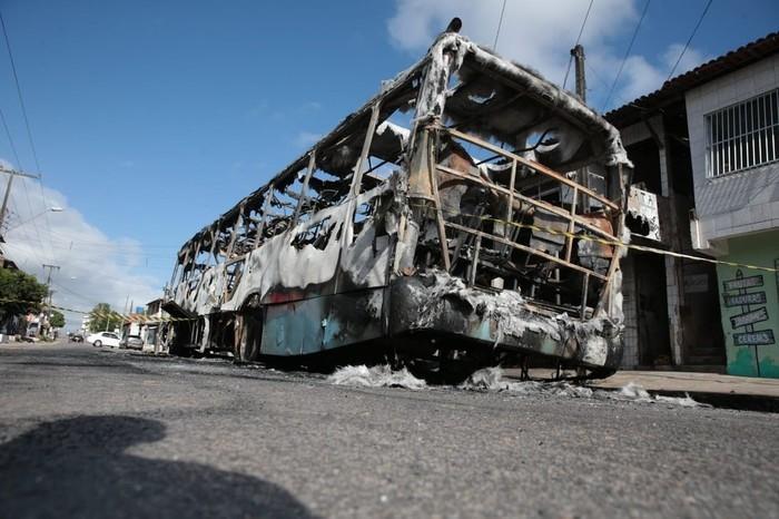 Ônibus incendiado na madrugada desta sexta-feira (Crédito:  José Leomar/SVM )