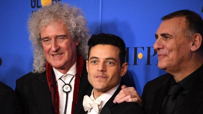 Brian May, guitarrista do Queen, posa com o ator Rami Malek  (Crédito: Mark Ralston/AFP)