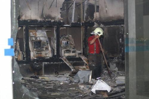 Agência da Caixa Econômica, em Maracanaú, está entre os prédios públicos atacados desde quarta-feira  (Crédito:  Mateus Dantas/O POVO)